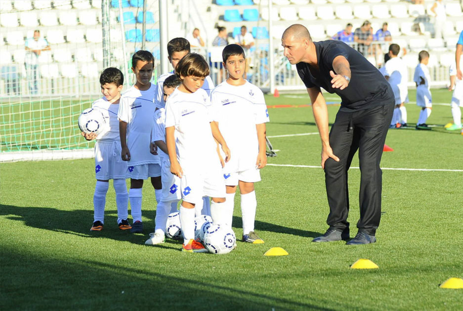 Avi Nimni is briefing young players on their first practice